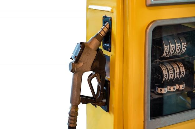 Brandstofmondstuk slot op gele benzinepomp op achtergrond