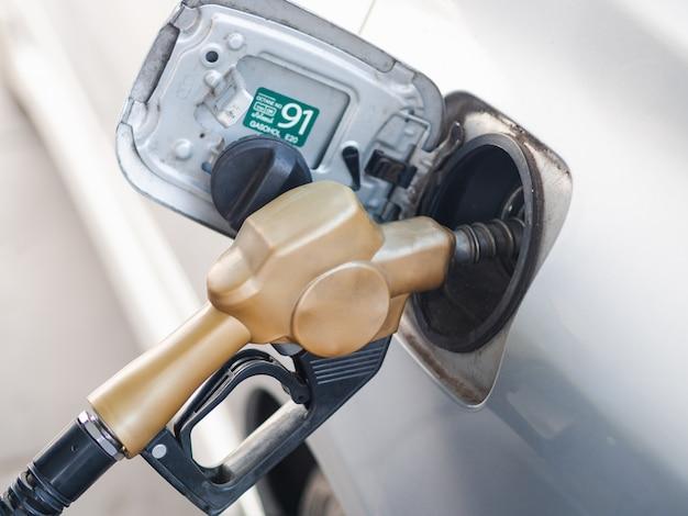 Brandstofpijp bijtankende een auto bij benzinestation