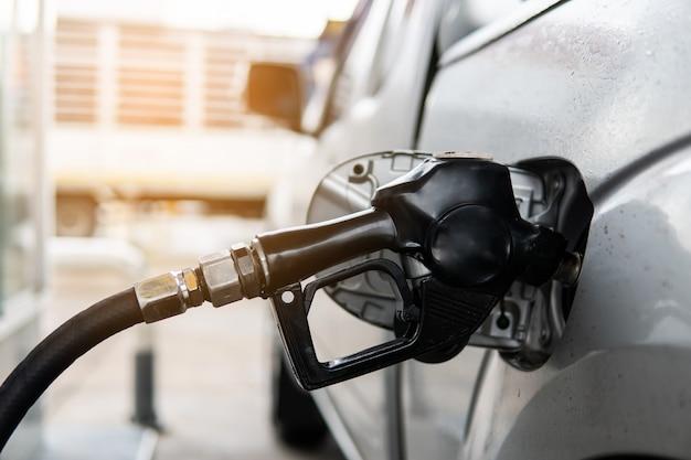 Brandstofpijp om brandstof bij te vullen in auto bij benzinestation.