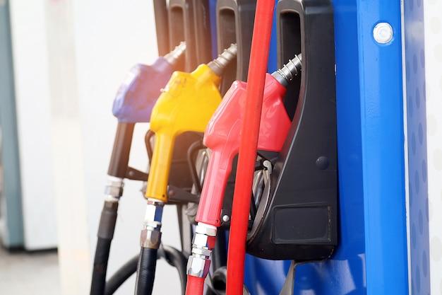 Brandstofpijp rode geelblauwe kleur bij het benzinestation. benzinestation. benzinepomp.