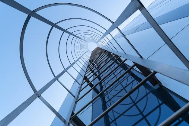 Brandtraptrap van modern commercieel centrum. trap naar de hemel . nooduitgang. onderaanzicht