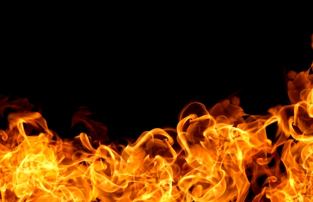 Brandvlammen op een zwarte achtergrond
