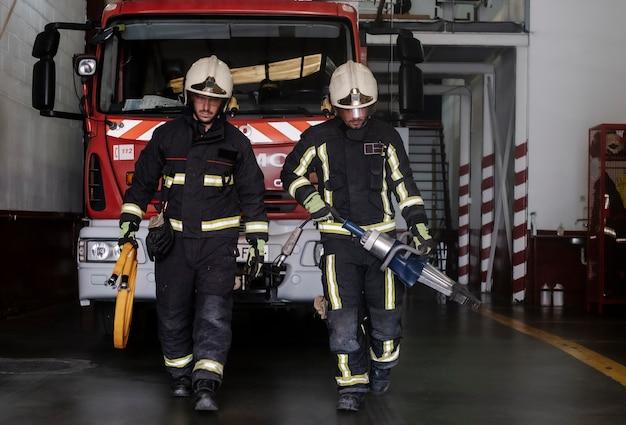 Brandweerlieden die uitgerust het station verlaten