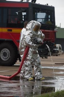 Brandweerlieden in chemische bescherming pak