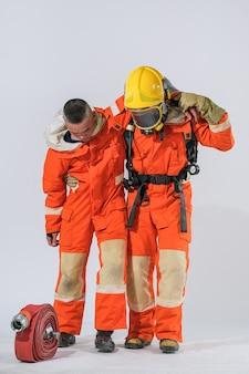 Brandweerlieden leren hoe ze diegenen kunnen helpen die verbrand zijn.