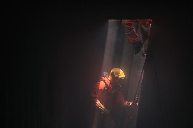 Brandweerlieden op een redding