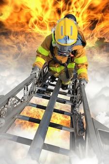 Brandweerlieden redden de overlevenden