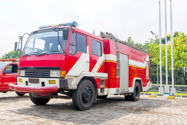 Brandweerlieden vrachtwagen geparkeerd op de brandweerkazerne
