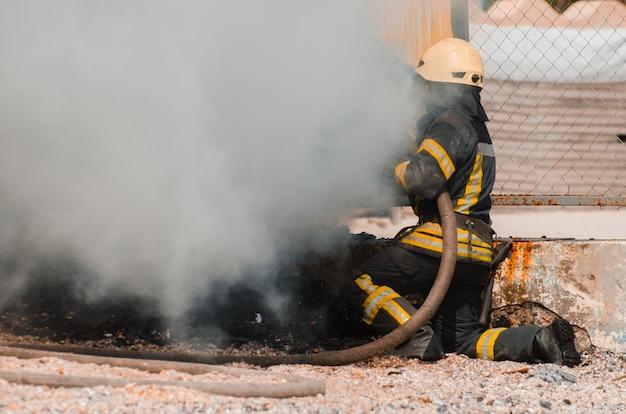 Brandweerman dooft het vuur