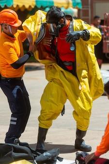 Brandweerman en gevaarbeschermingspak
