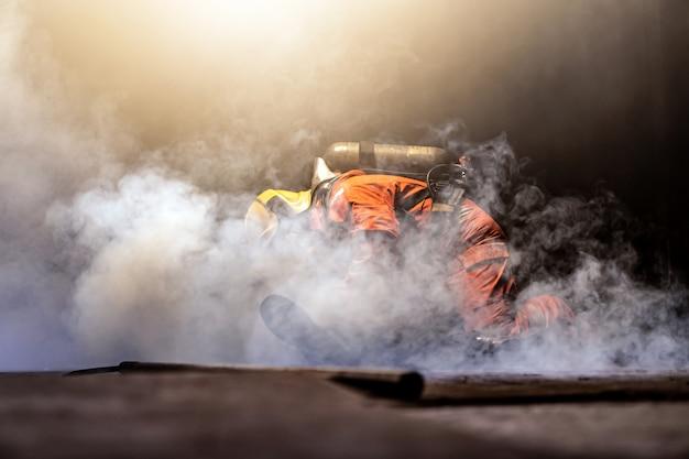 Brandweerman redt man van gebouw met rook