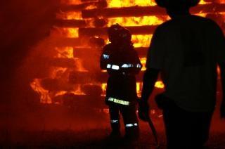 Brandweermannen werken, gevaar