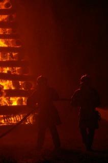 Brandweermannen werken, vlam