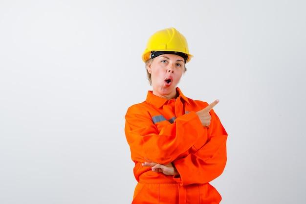Brandweervrouw in haar uniform met veiligheidshelm