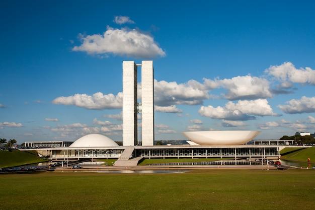 Brasilia, brazilië - mei 26, 2006 - braziliaans nationaal congres met blauwe hemel en wolken