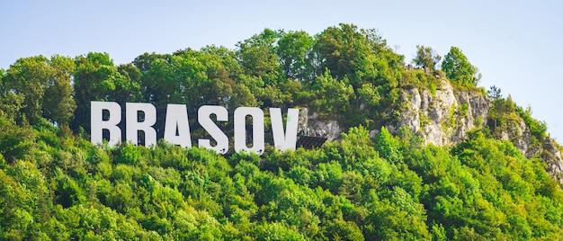 Brasov inscriptie op de heuvel in de buurt van de stad