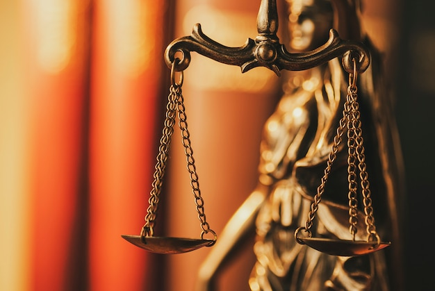 Brass scales of justice in een close-up beeld