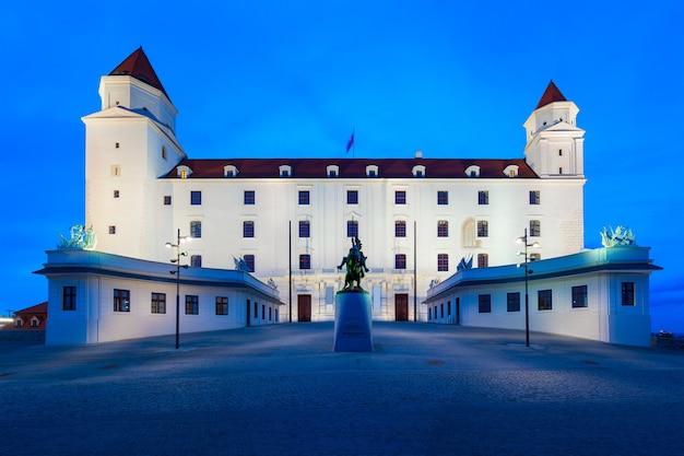 Bratislava castle of bratislavsky hrad is het belangrijkste kasteel van bratislava, de hoofdstad van slowakije bij zonsondergang. het kasteel van bratislava ligt op een rotsachtige heuvel boven de rivier de donau.