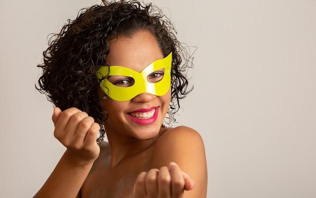 Braziliaans carnaval. jonge vrouw die in kostuum van de carnaval-partij genieten.