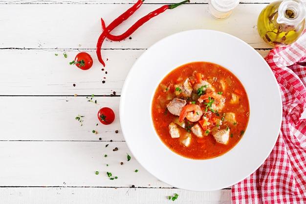 Braziliaans eten: moqueca capixaba van vis en paprika's