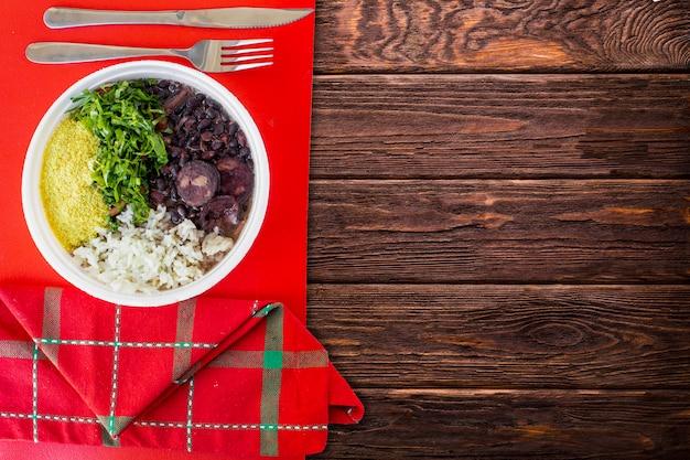 Braziliaans feijoada-voedsel. bovenaanzicht - afbeelding