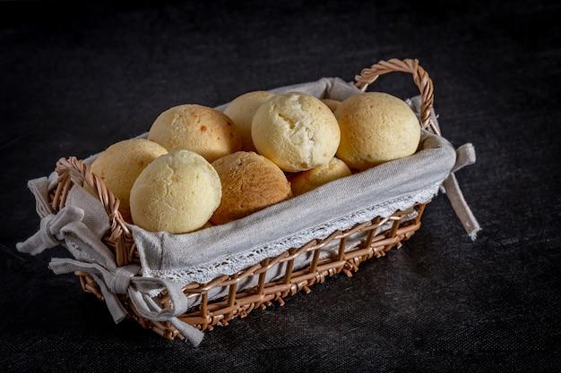 Braziliaans huisgemaakte kaasbrood, aka 'pao de queijo' in een rustieke mand.