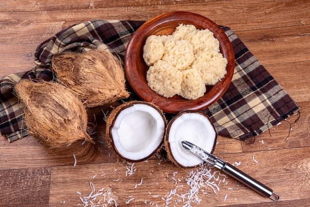Braziliaans kokosnotensuikergoed op houten lijst