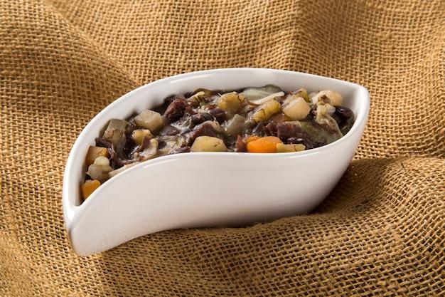 Braziliaans traditioneel eten genaamd feijao de capataz.
