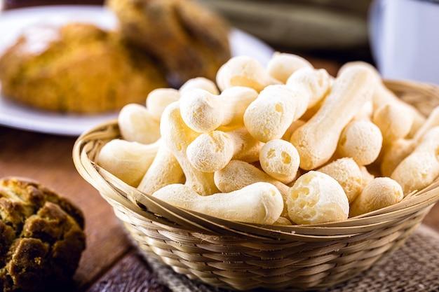 Braziliaans zetmeelkoekje, traditioneel uit brazilië, genaamd polvilho-koekje. delicatesse gemaakt van maniokmeel.