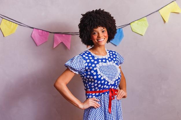 Braziliaanse afrovrouw die typische kleding draagt voor festa junina