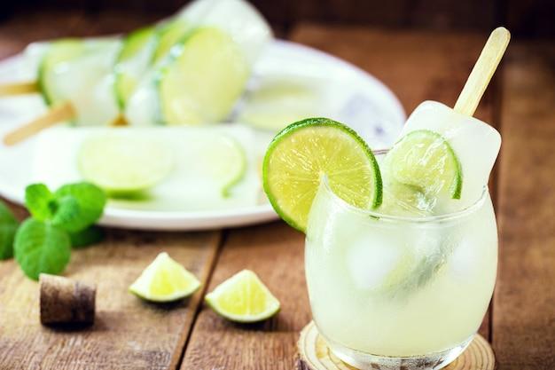 Braziliaanse alcoholische zomerdrank, met ijs en citroen, geserveerd met ijslolly