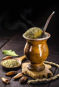Braziliaanse chimarrao warme drank yerba mate traditionele infusie uit het zuiden van het land