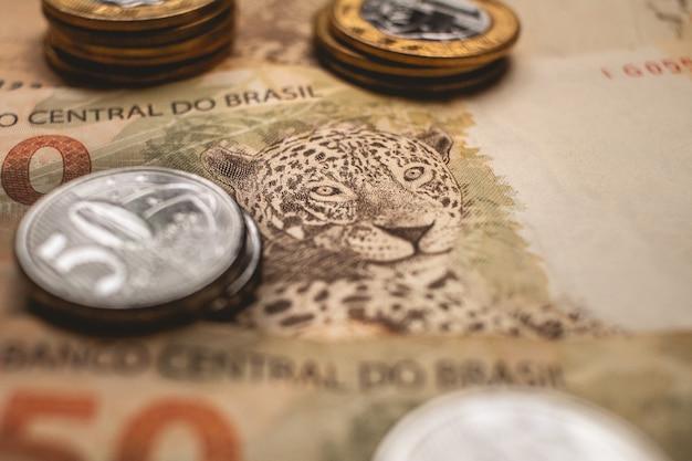 Braziliaanse echte bankbiljetten en munten in close-upfoto voor braziliaans economieconcept