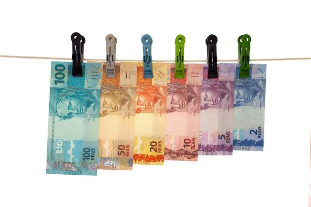 Braziliaanse echte bankbiljetten in een drooglijn - witwassen van geld - vuil geïsoleerd geldconcept -
