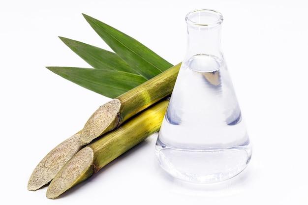 Braziliaanse ethanol biobrandstof, gemaakt met suikerriet, alternatieve brandstof geïsoleerd witte achtergrond.