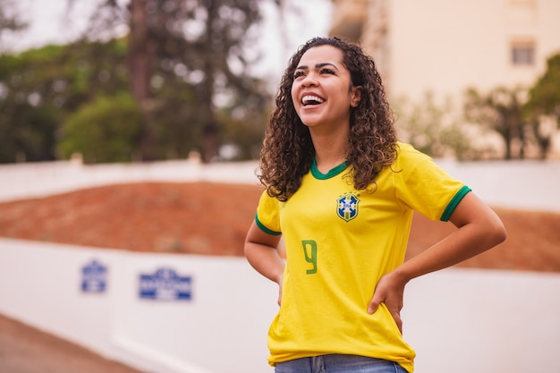 Braziliaanse fan lacht voor de camera