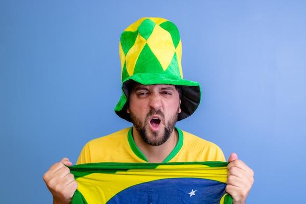 Braziliaanse fan vieren op blauw Premium Foto
