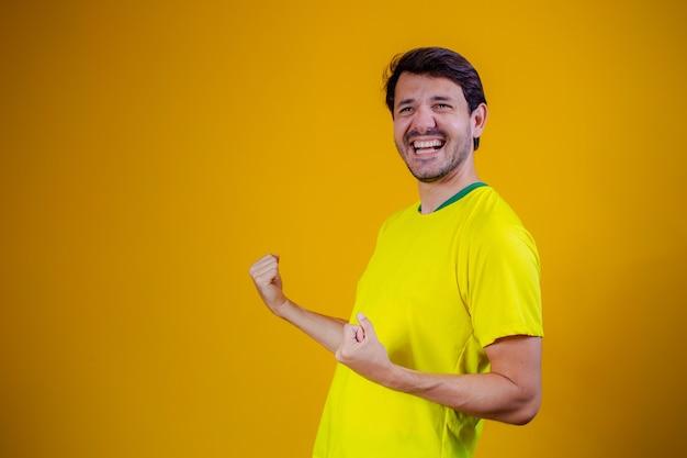Braziliaanse fan vieren op gele achtergrond. ja!
