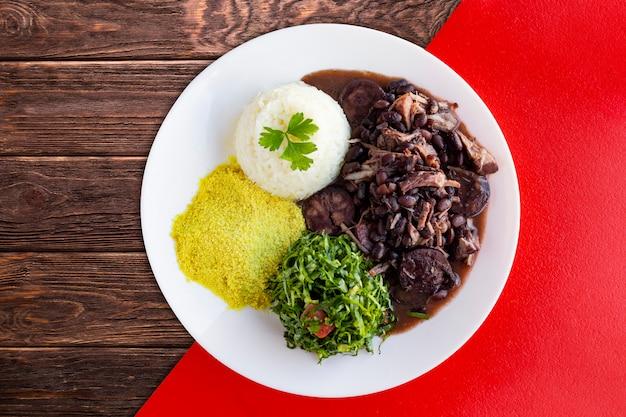 Braziliaanse feijoada. met een houten tafel