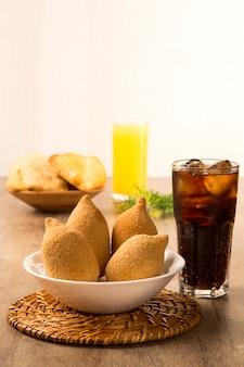 Braziliaanse gefrituurde kipsnack, populair bij lokale feesten.