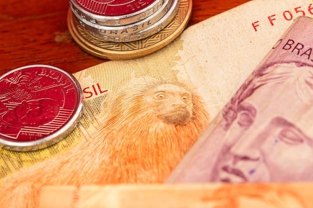 Braziliaanse geldbankbiljetten en munten in macrofotografie