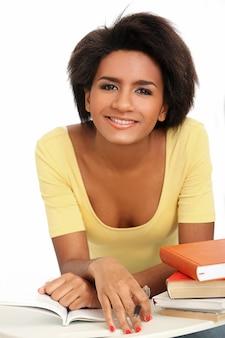 Braziliaanse jonge vrouw met boeken