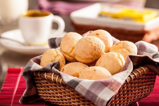 Braziliaanse kaasbroodjes. mesa de café da manha com pão de queijo
