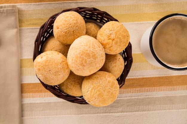 Braziliaanse kaasbroodjes. tafelcafé in de ochtend met kaasbrood en fruit.
