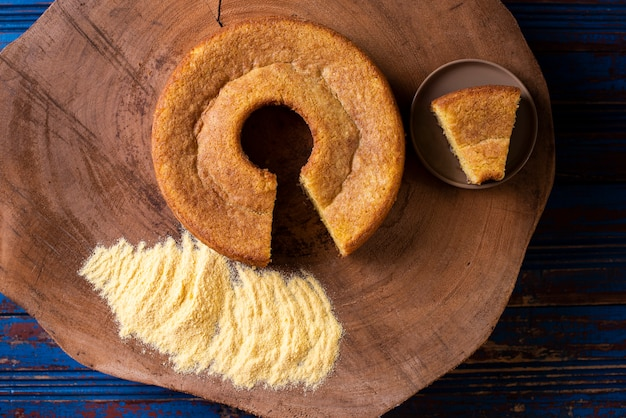 Braziliaanse maïscake gemaakt met een soort maïsmeel