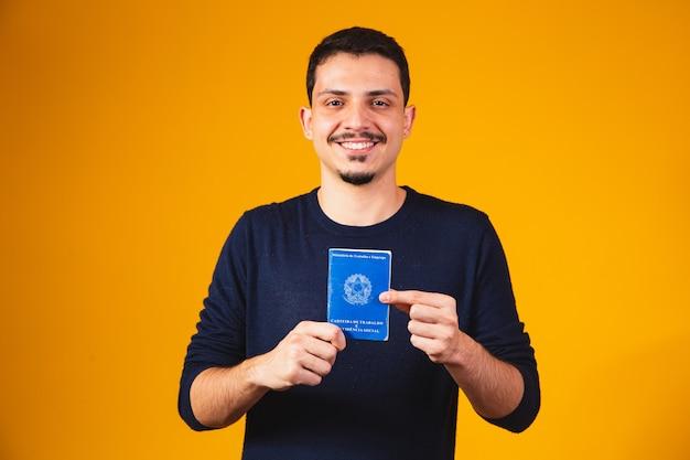Braziliaanse man met documentenwerk en sociale zekerheid, (carteira de trabalho e previdencia social)