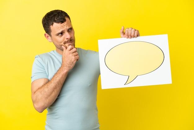 Braziliaanse man over geïsoleerde paarse achtergrond met een bordje met tekstballonpictogram en denken