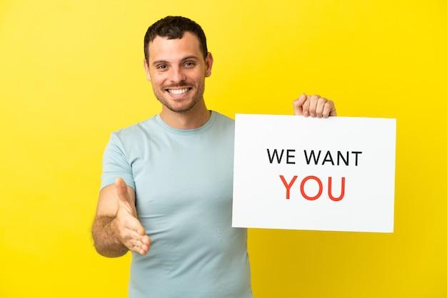 Braziliaanse man over geïsoleerde paarse achtergrond met we want you aan boord om een deal te sluiten