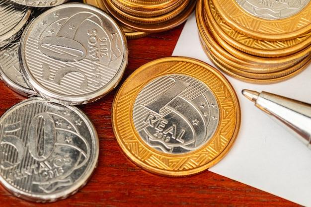 Braziliaanse munten in close-up foto voor braziliaans economieconcept