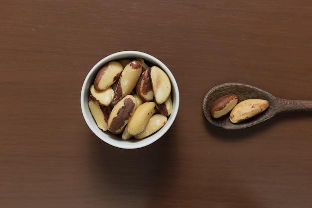 Braziliaanse noten in een kom op een houten tafel